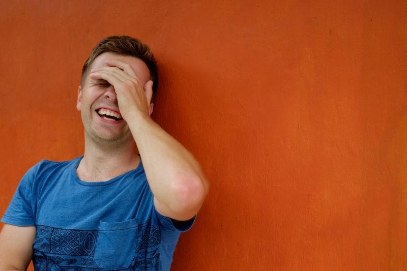 笑う人の画像